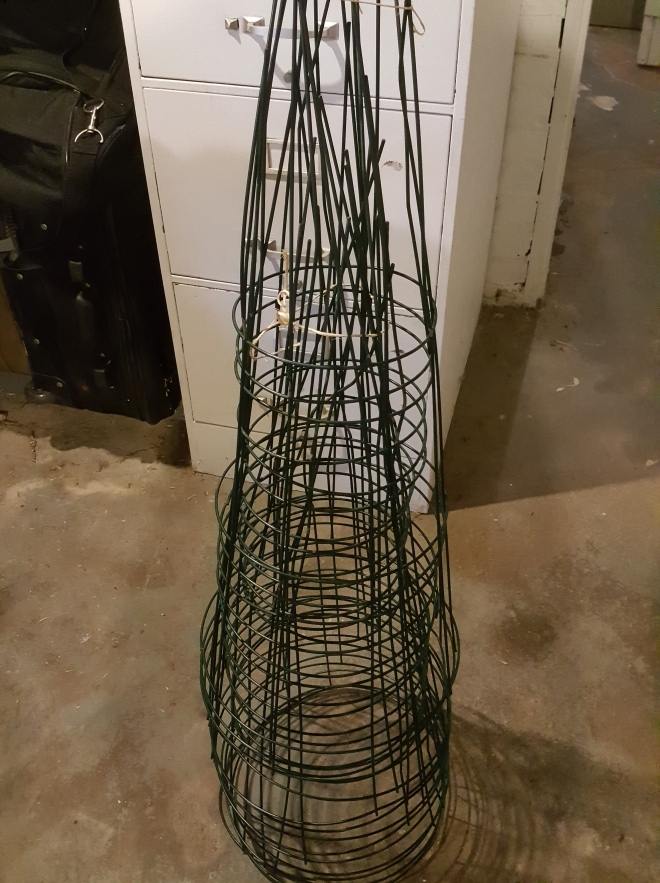 Tomato cage cleaning